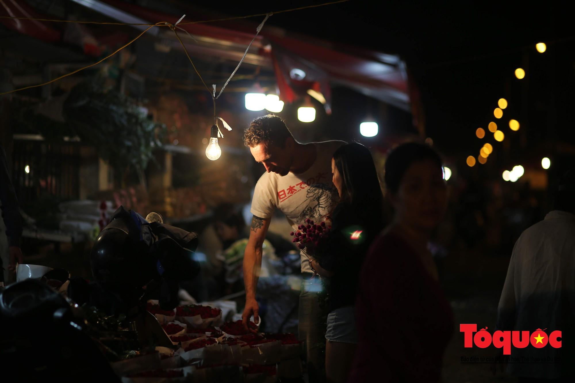 Nhộn nhịp chợ hoa lớn nhất Hà Nội dịp 20:1019