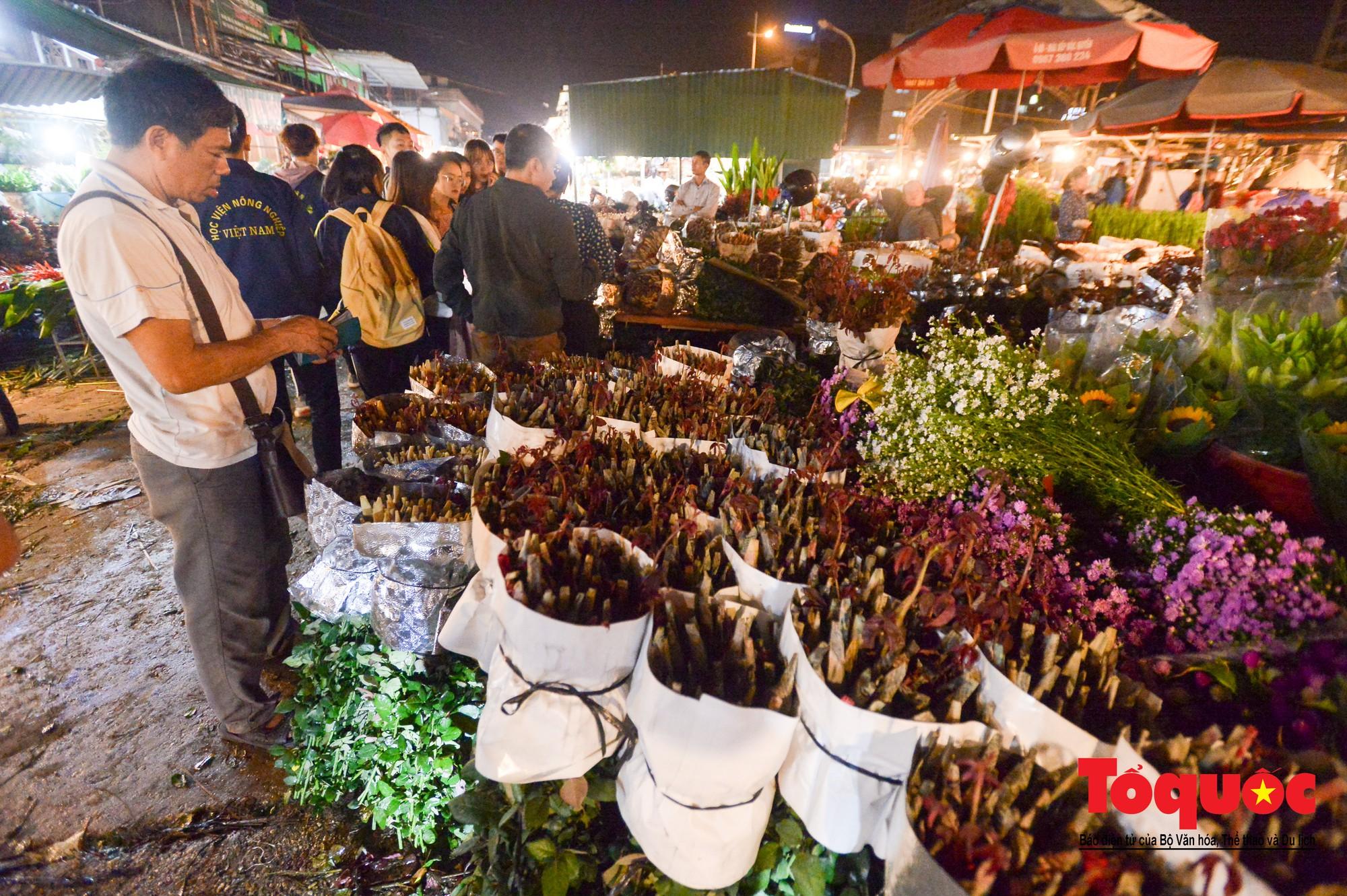 Nhộn nhịp chợ hoa lớn nhất Hà Nội dịp 20:102