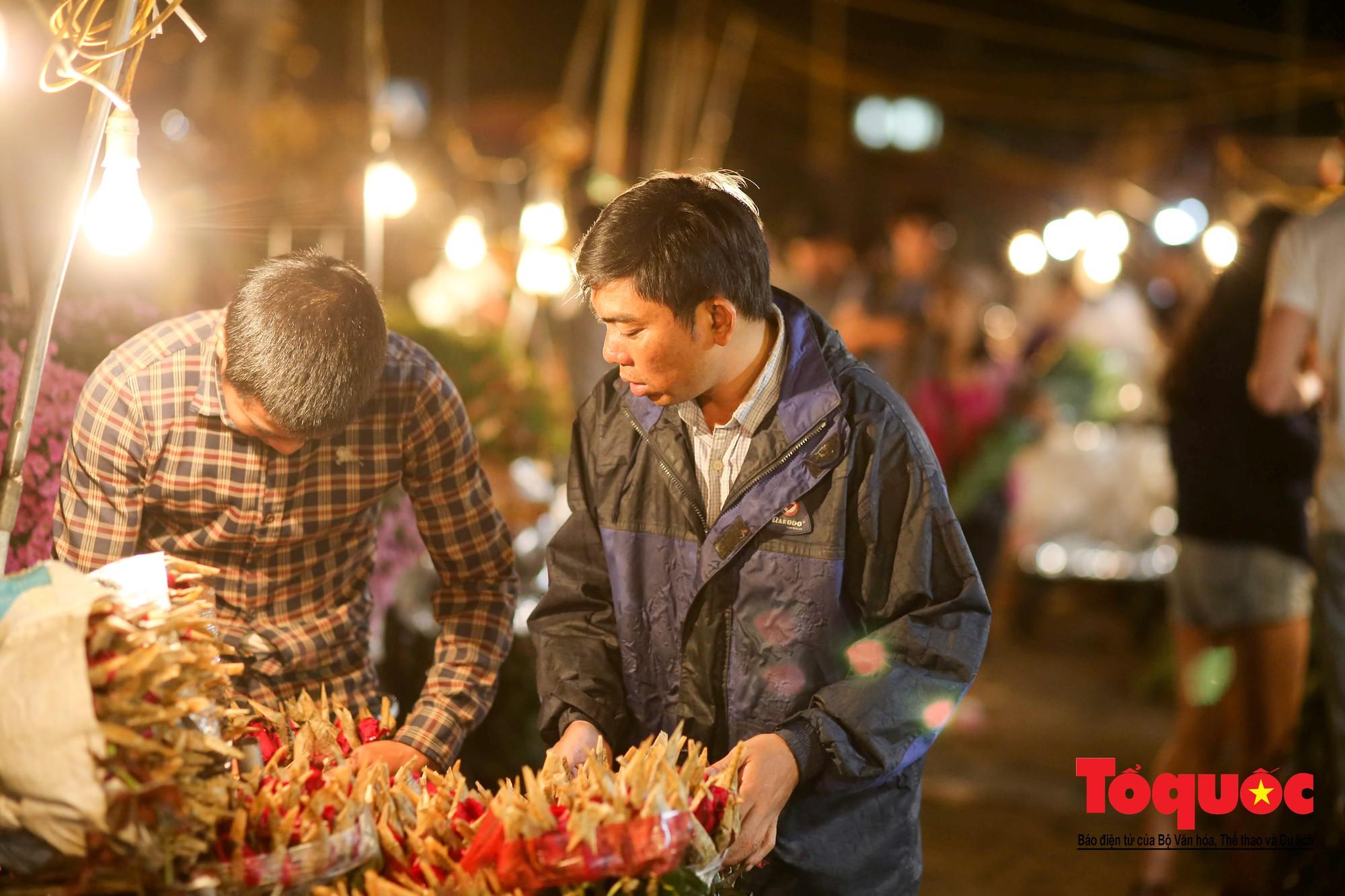 Nhộn nhịp chợ hoa lớn nhất Hà Nội dịp 20:1020