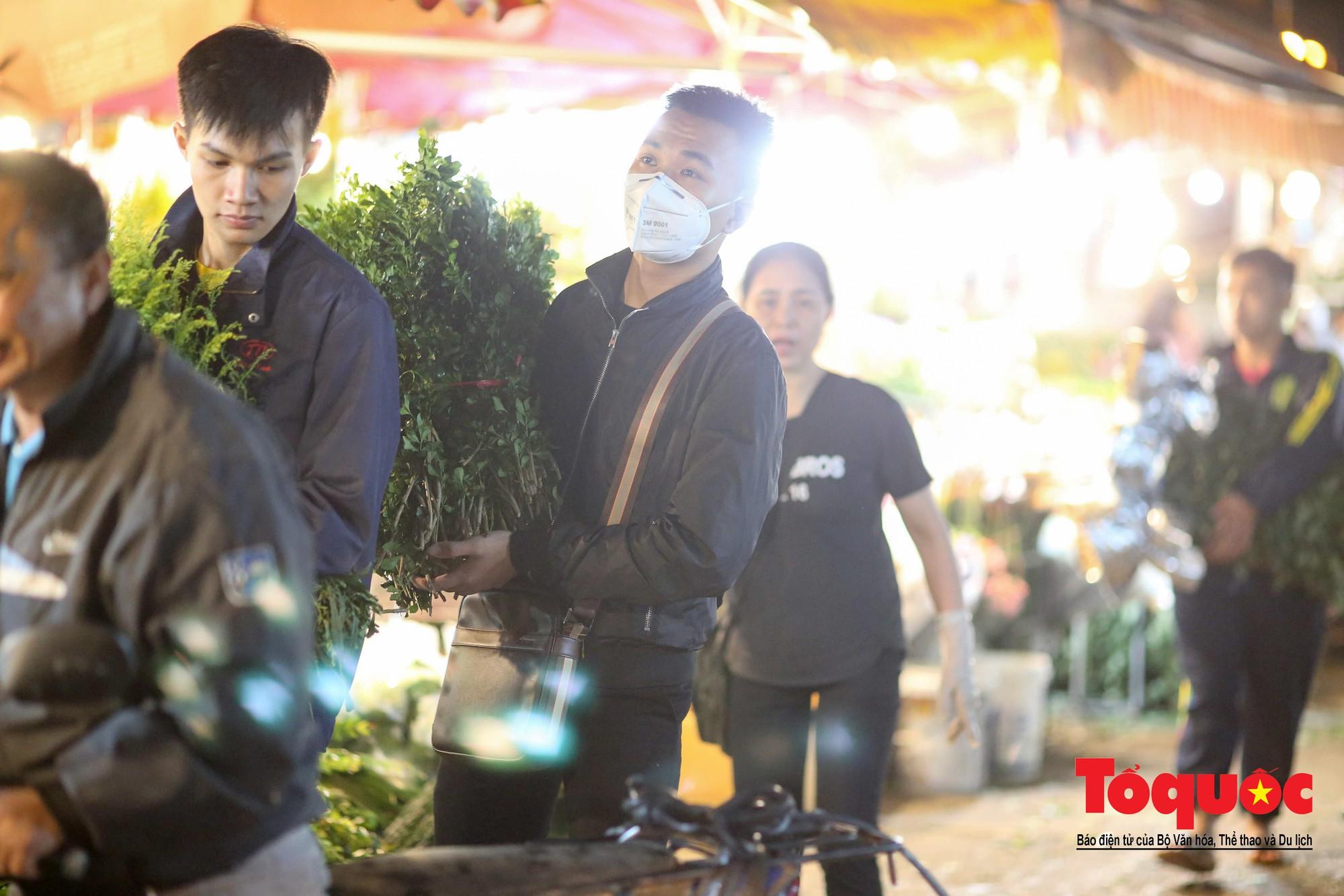 Nhộn nhịp chợ hoa lớn nhất Hà Nội dịp 20:1023