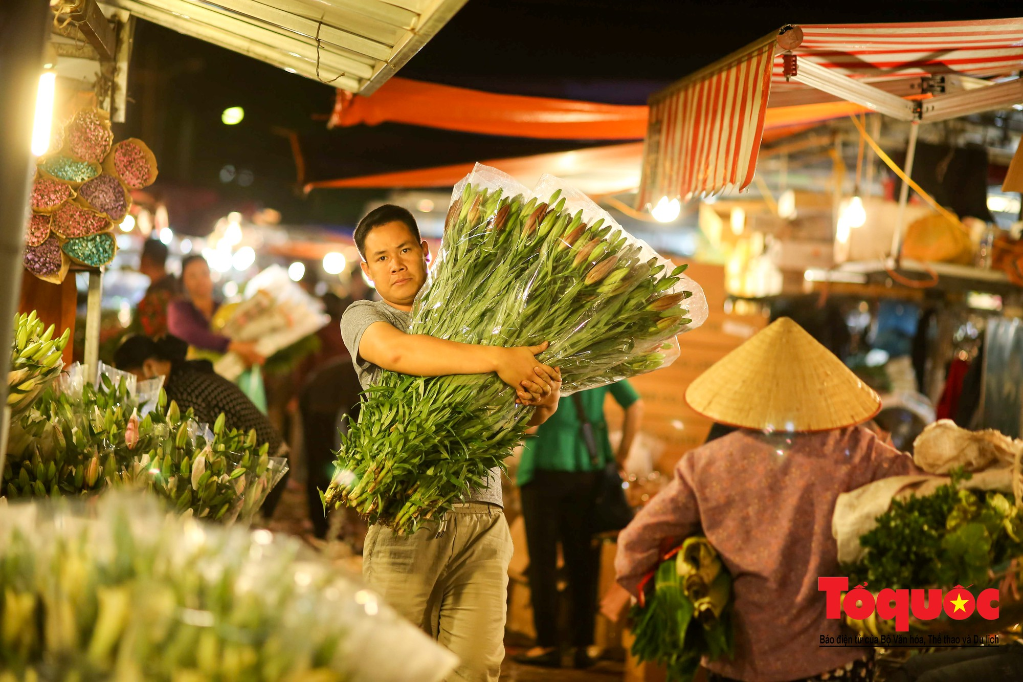 Nhộn nhịp chợ hoa lớn nhất Hà Nội dịp 20:1024