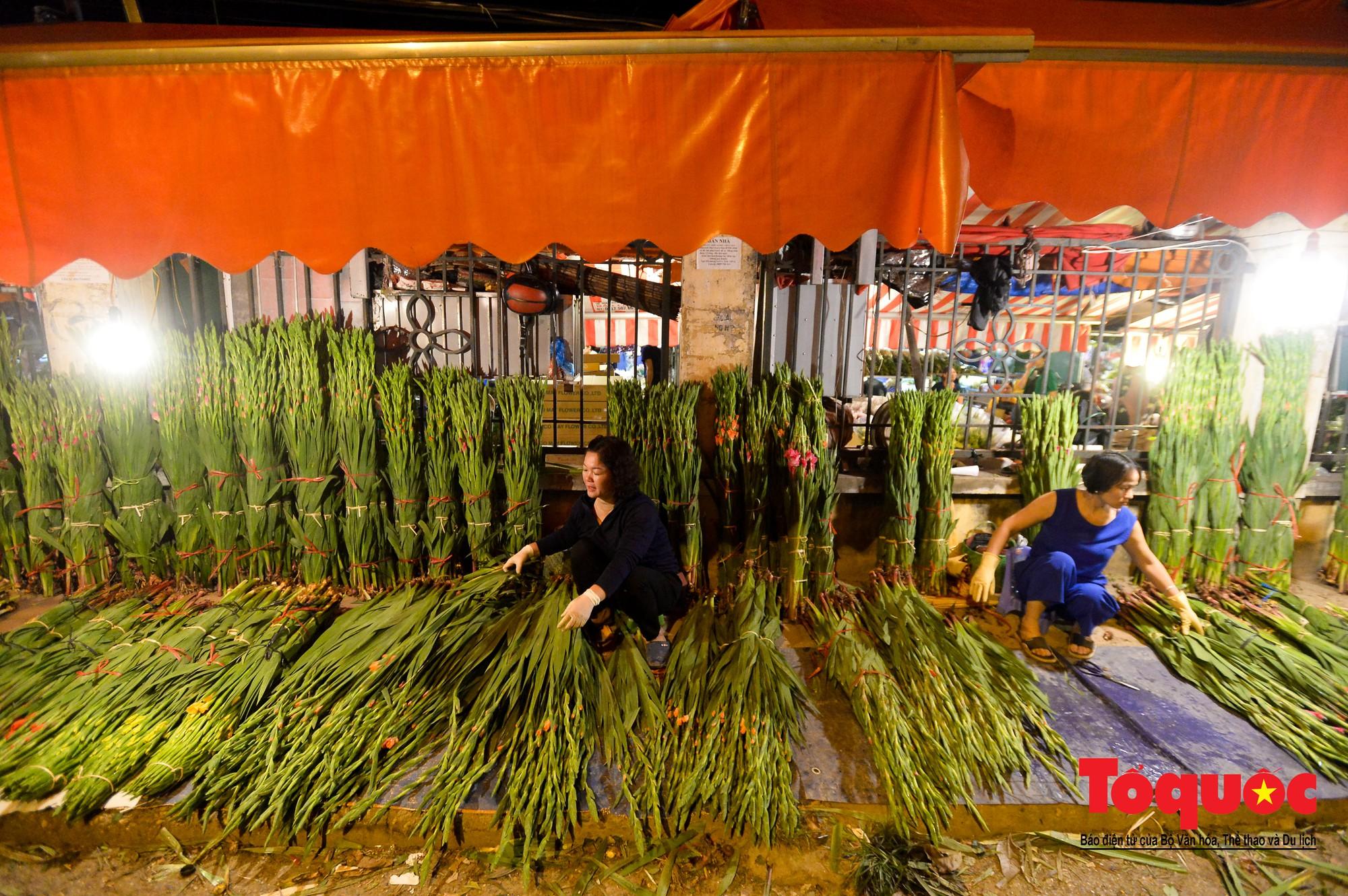 Nhộn nhịp chợ hoa lớn nhất Hà Nội dịp 20:104