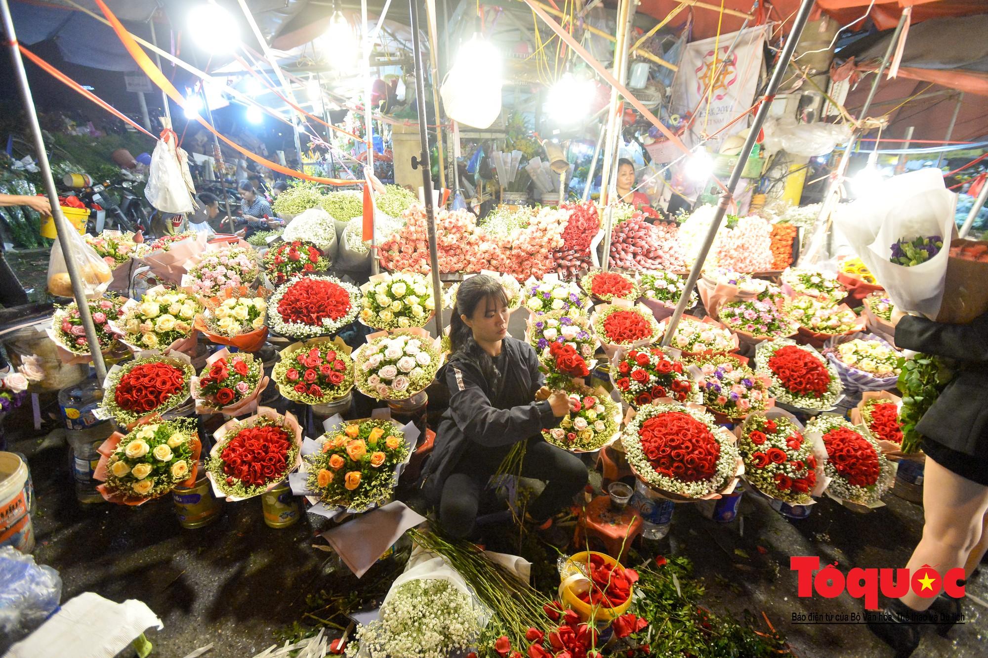 Nhộn nhịp chợ hoa lớn nhất Hà Nội dịp 20:105