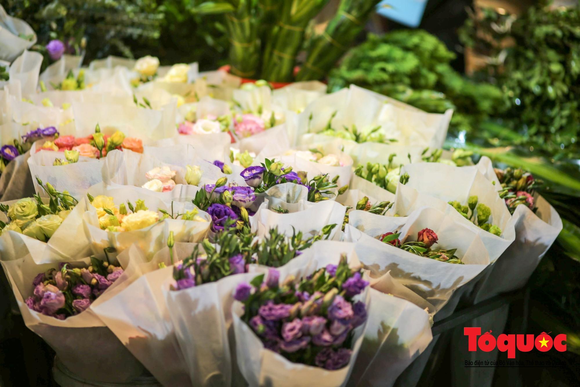 Nhộn nhịp chợ hoa lớn nhất Hà Nội dịp 20:108