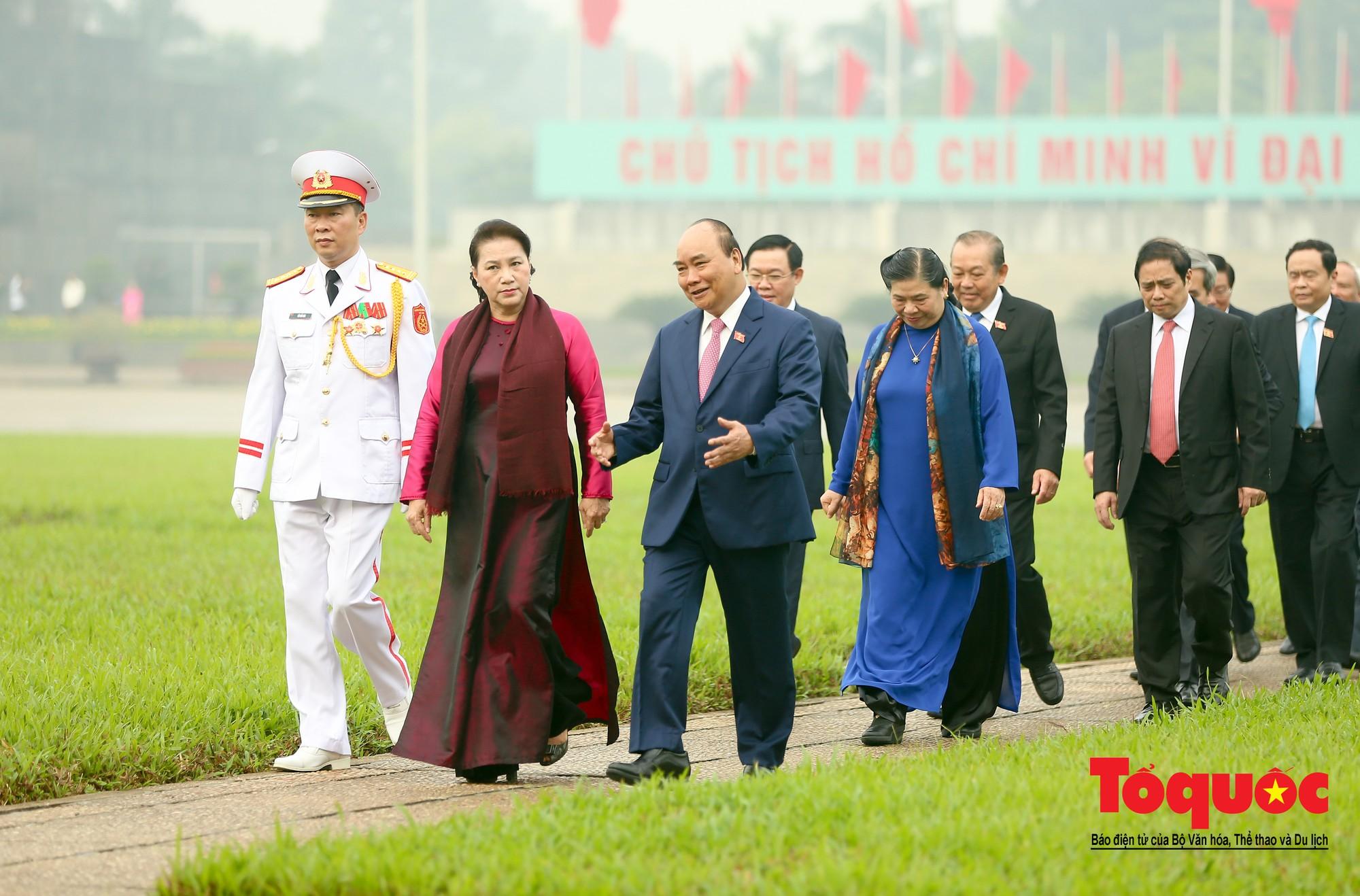 Đại biểu QH viếng Chủ tịch Hồ Chí Minh ngày khai mạc kỳ họp thứ 810