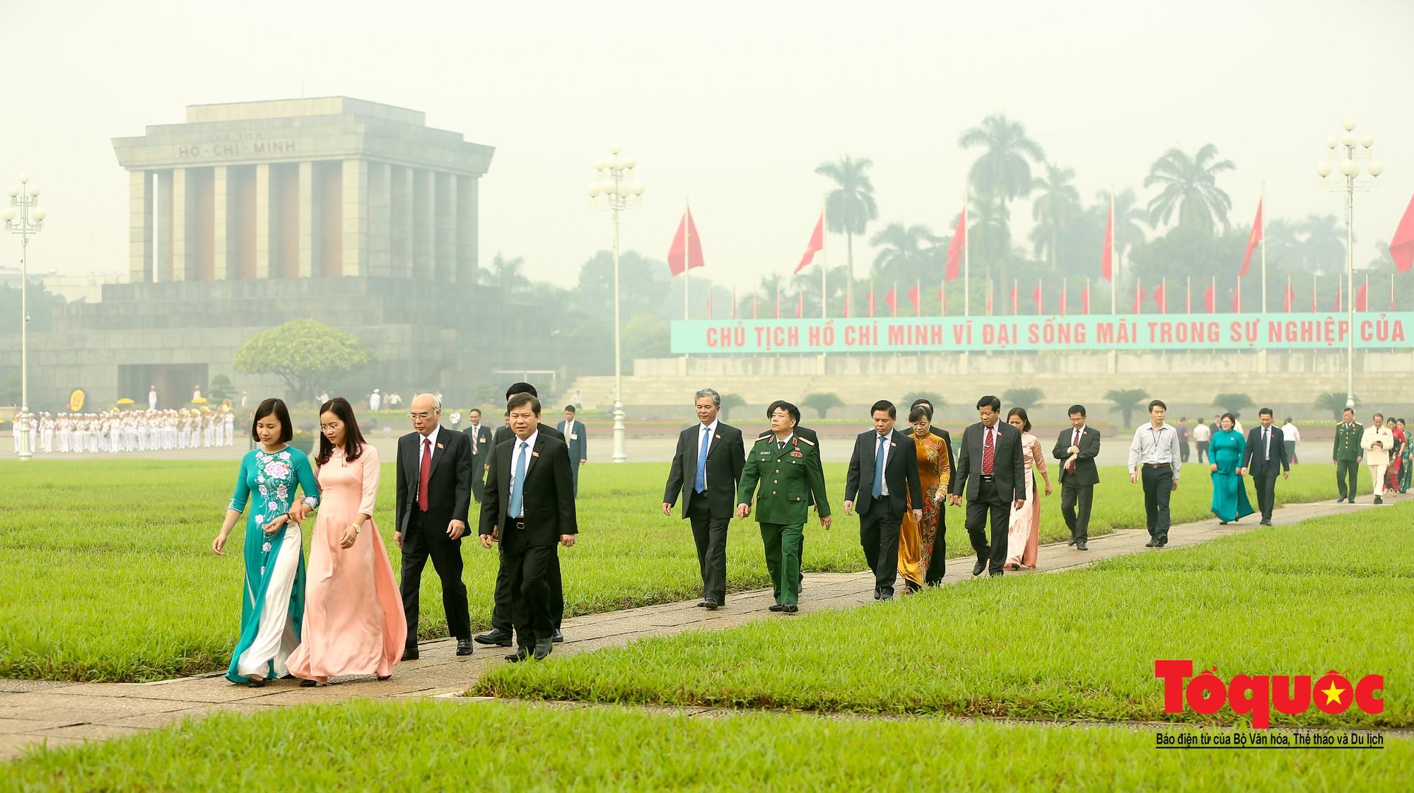 Đại biểu QH viếng Chủ tịch Hồ Chí Minh ngày khai mạc kỳ họp thứ 812