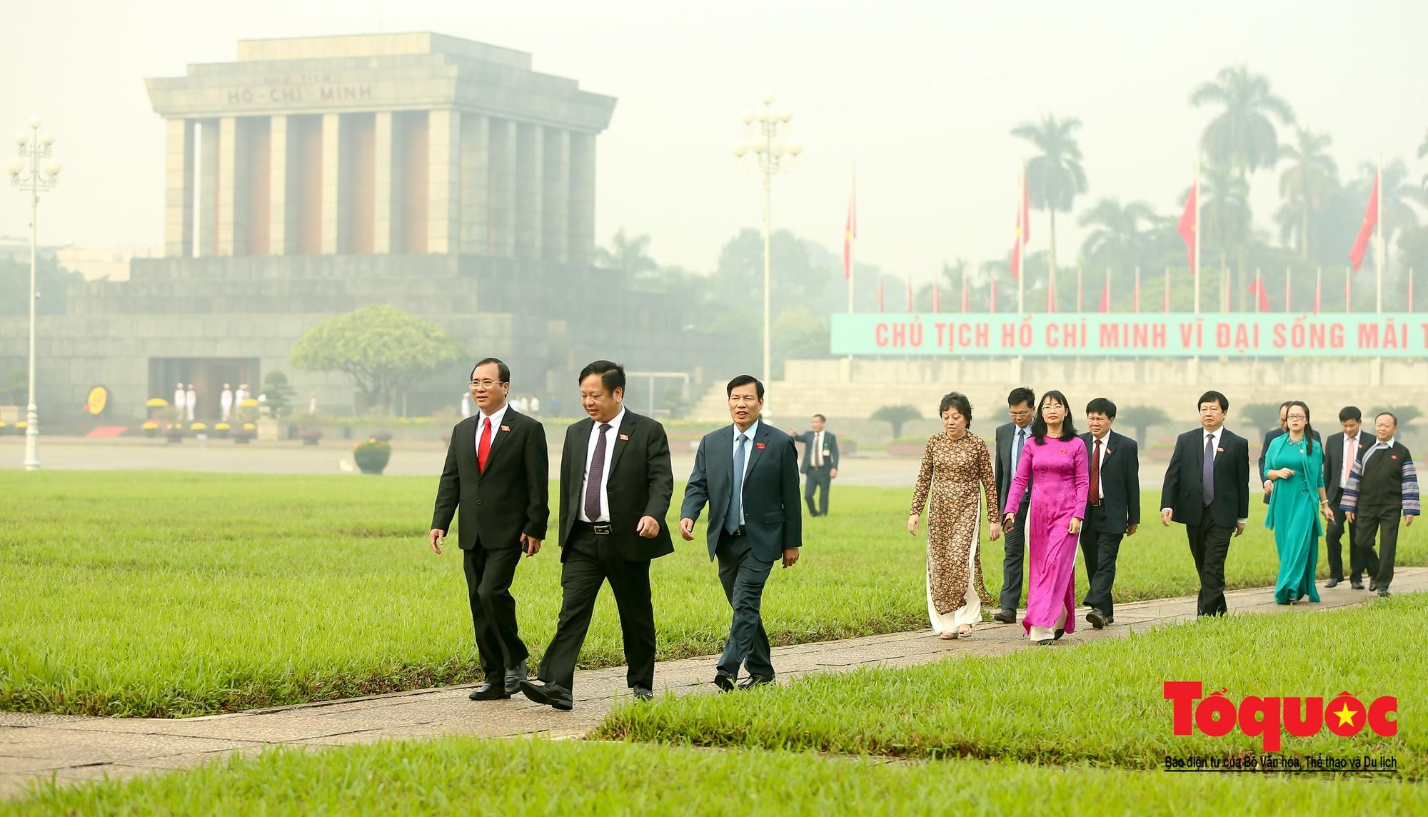 Đại biểu QH viếng Chủ tịch Hồ Chí Minh ngày khai mạc kỳ họp thứ 813