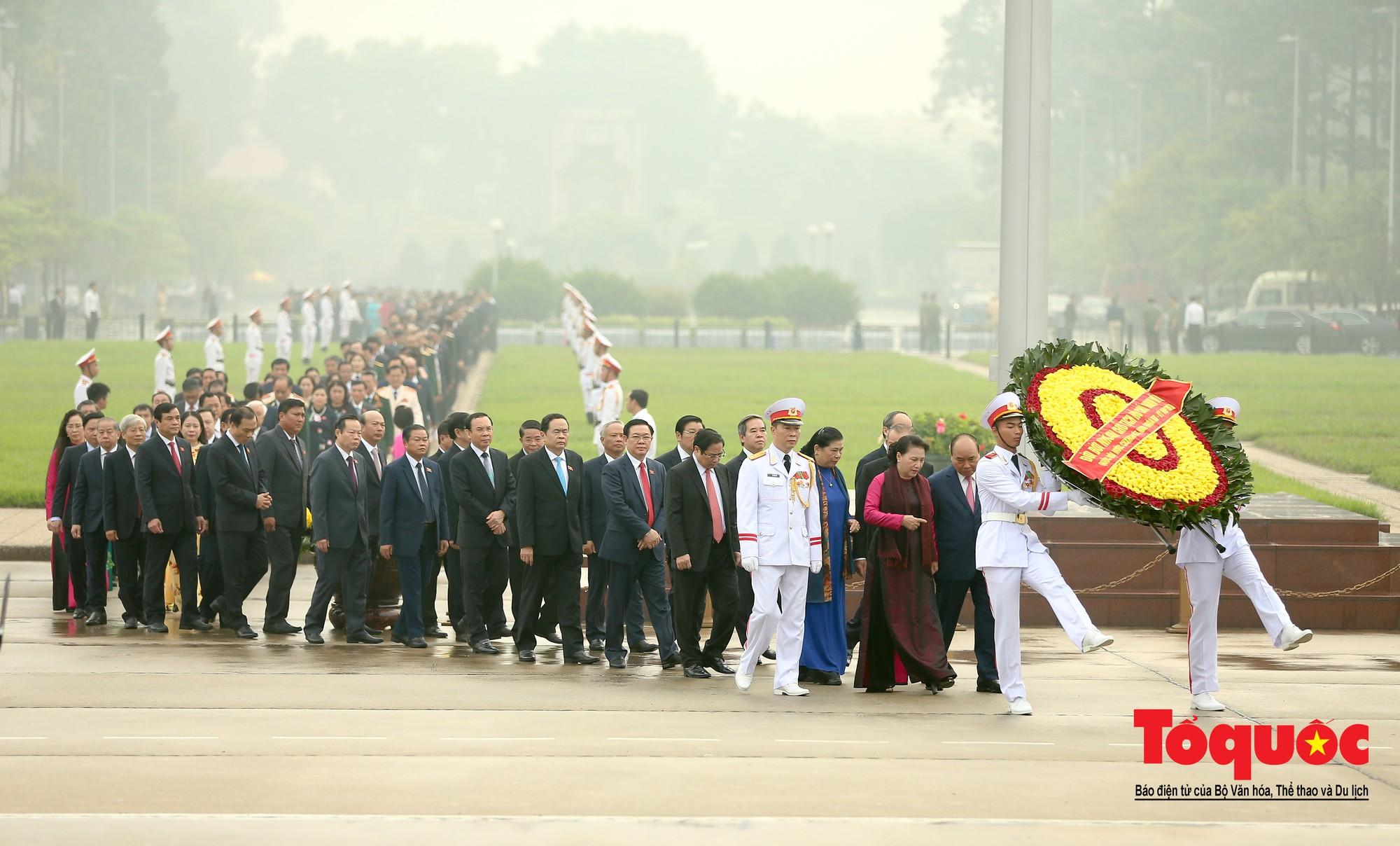 Đại biểu QH viếng Chủ tịch Hồ Chí Minh ngày khai mạc kỳ họp thứ 82