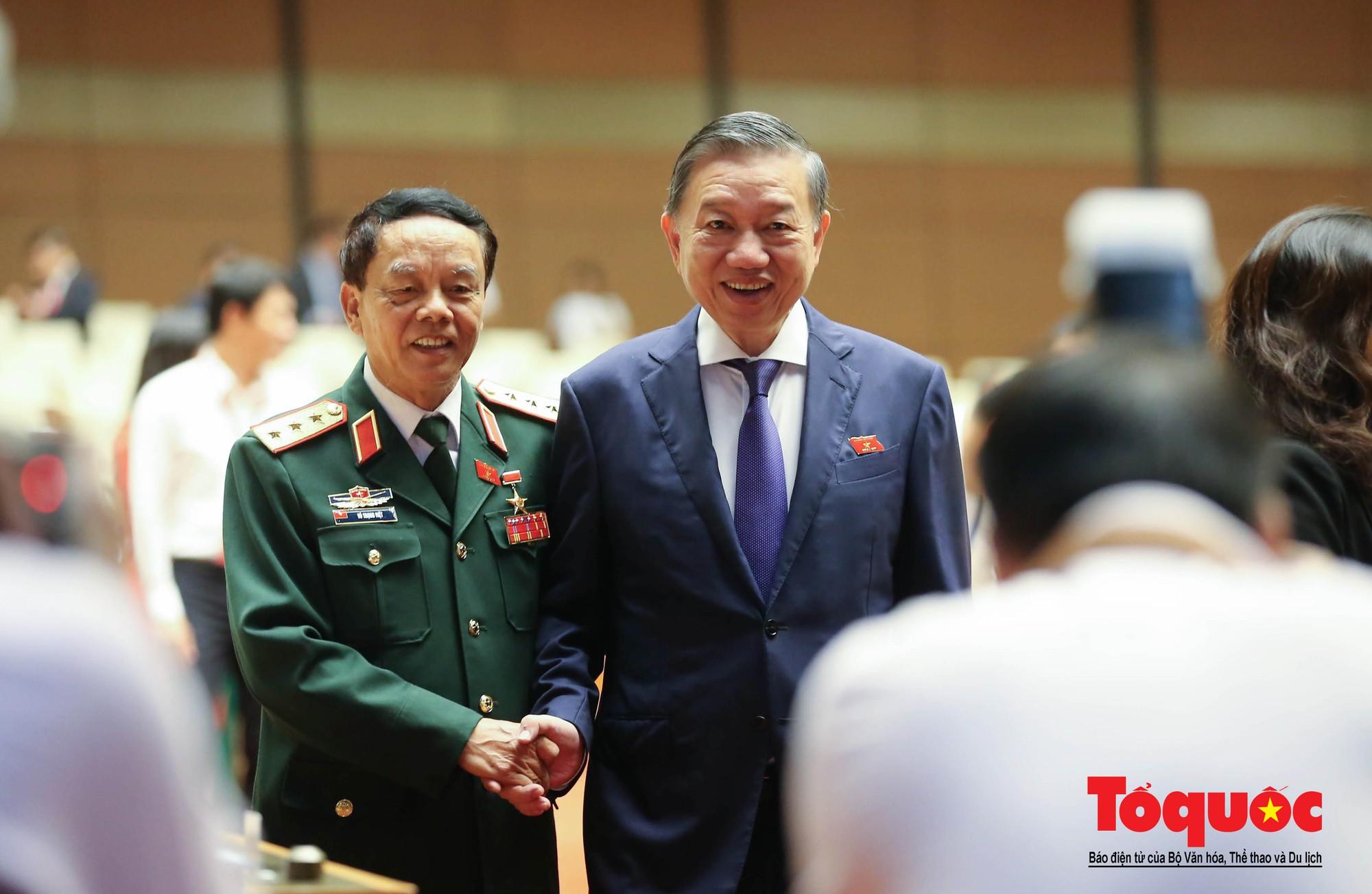 ĐBQH bên hành lang ngày khai mạc kỳ họp thứ 8, Quốc hội khóa XIV (10)