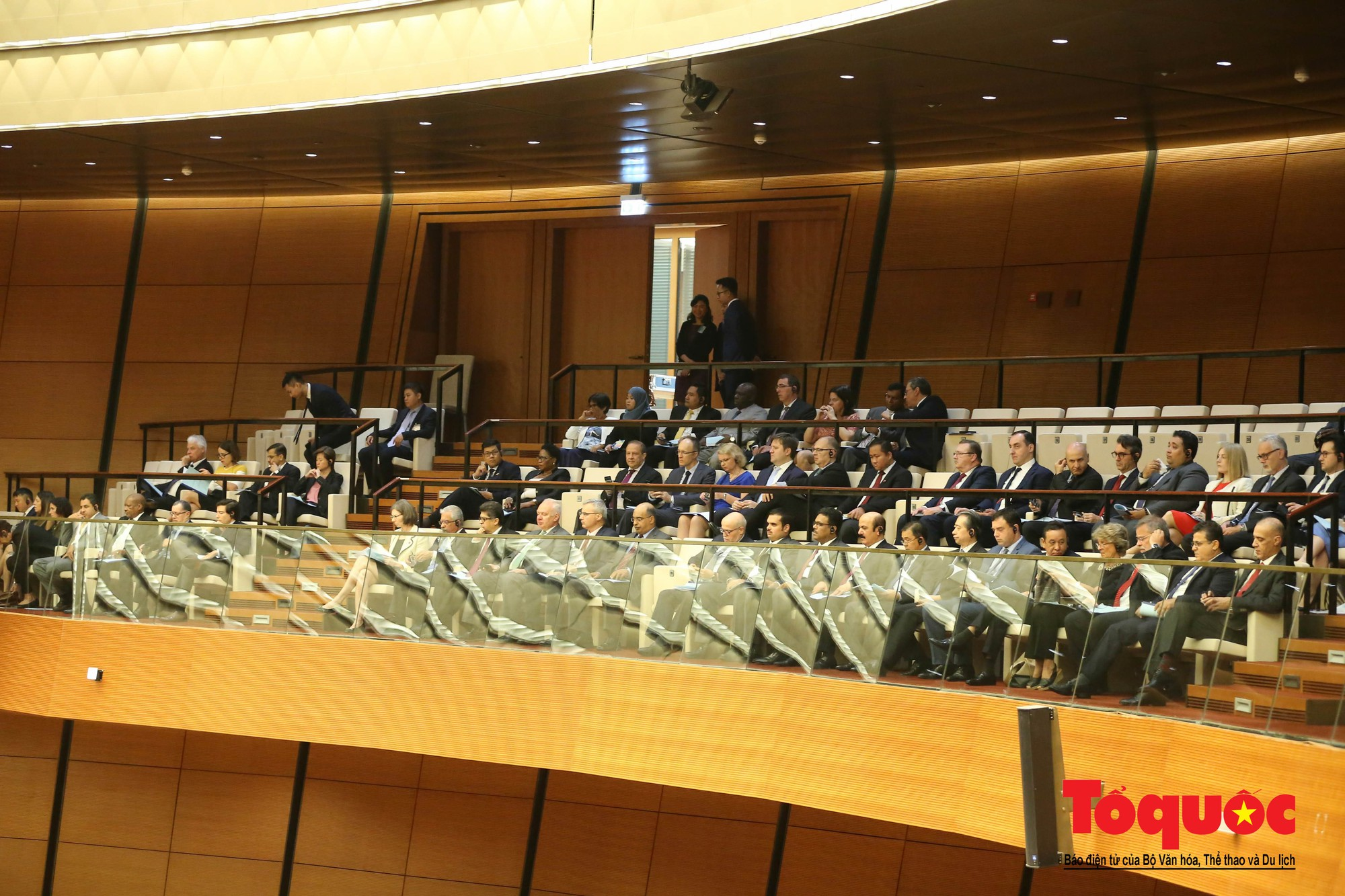 ĐBQH bên hành lang ngày khai mạc kỳ họp thứ 8, Quốc hội khóa XIV (13)