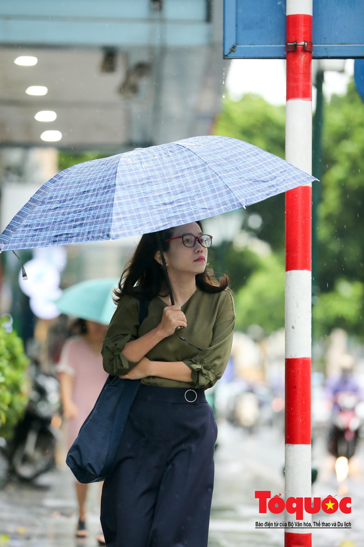 Cơn mưa lớn bất trợt khiến không khí ở thủ đô Hà Nội giảm bụi ô nhiễm nhanh chóng10