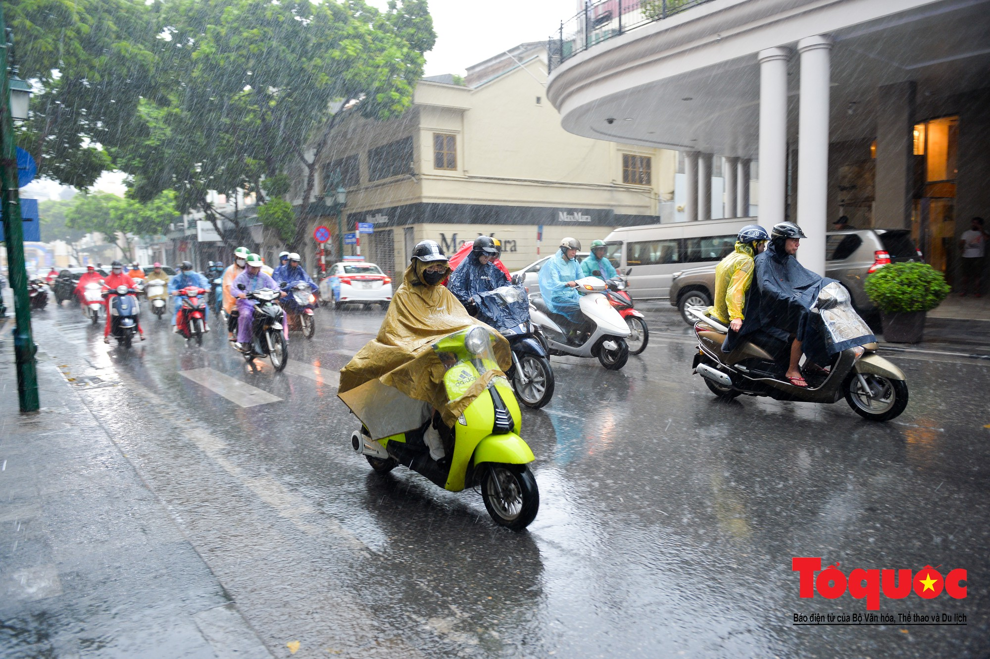 Cơn mưa lớn bất trợt khiến không khí ở thủ đô Hà Nội giảm bụi ô nhiễm nhanh chóng13