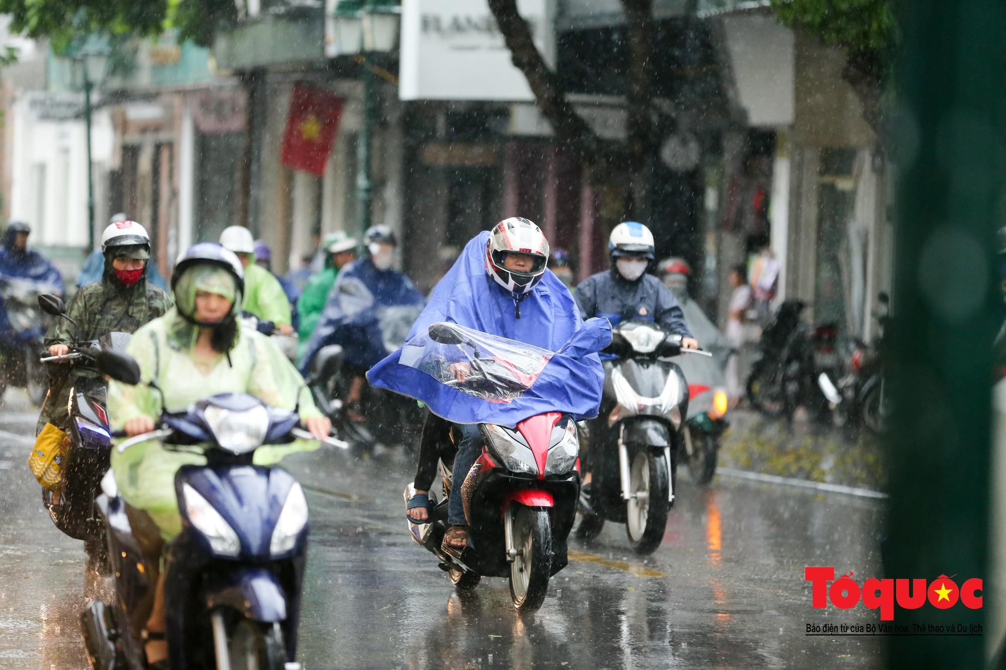 Cơn mưa lớn bất trợt khiến không khí ở thủ đô Hà Nội giảm bụi ô nhiễm nhanh chóng3
