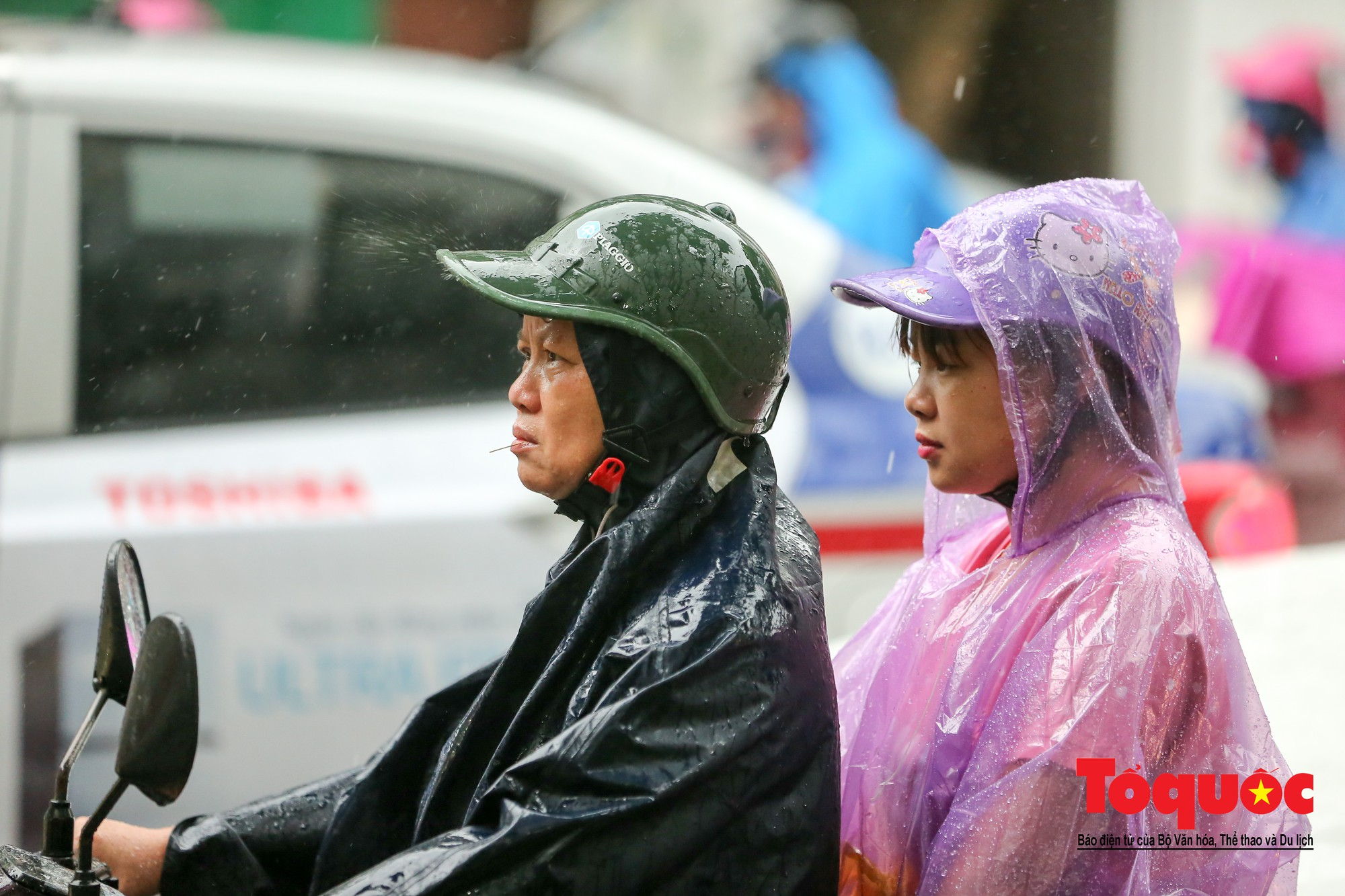 Cơn mưa lớn bất trợt khiến không khí ở thủ đô Hà Nội giảm bụi ô nhiễm nhanh chóng5