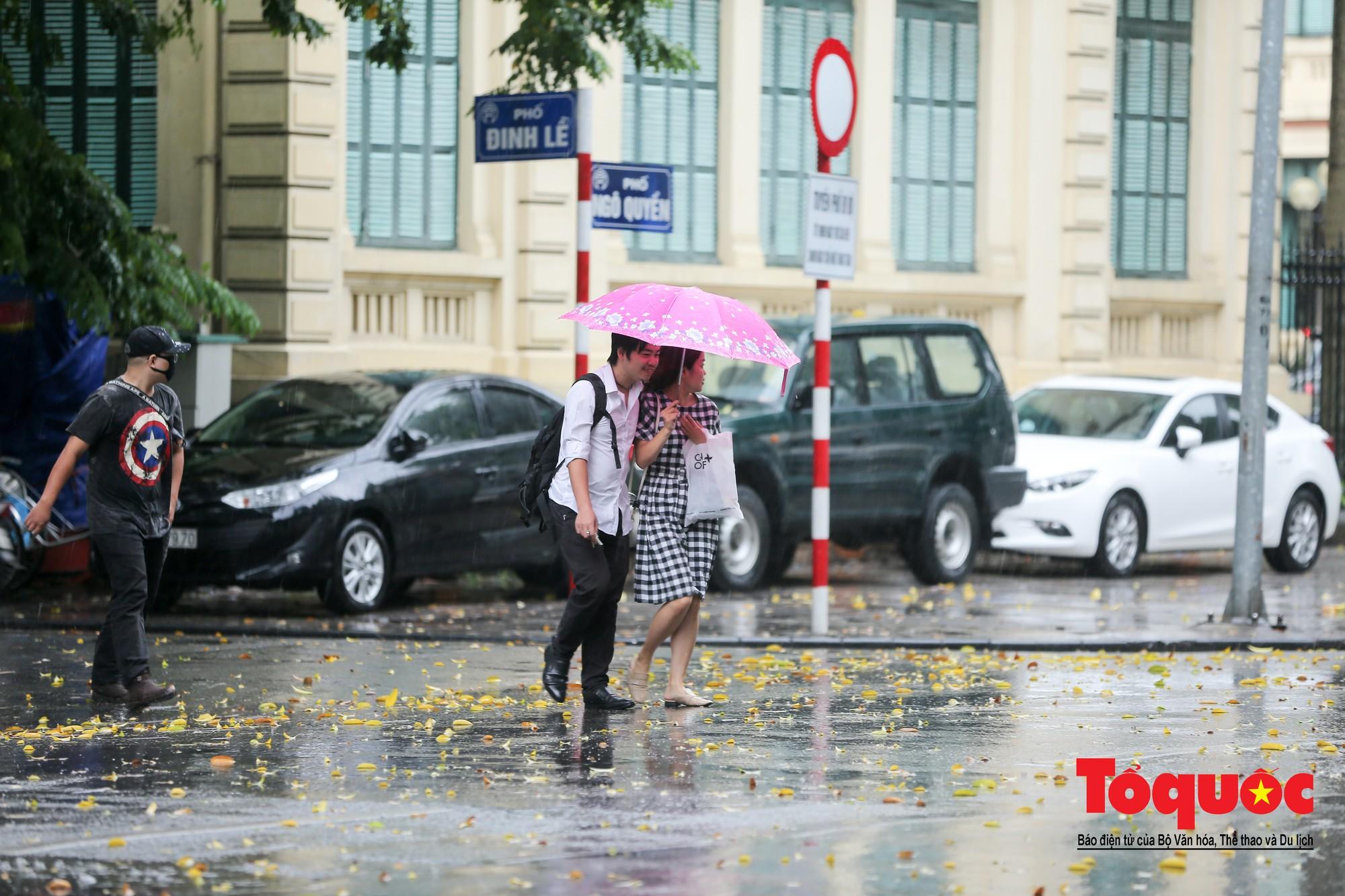 Cơn mưa lớn bất trợt khiến không khí ở thủ đô Hà Nội giảm bụi ô nhiễm nhanh chóng7