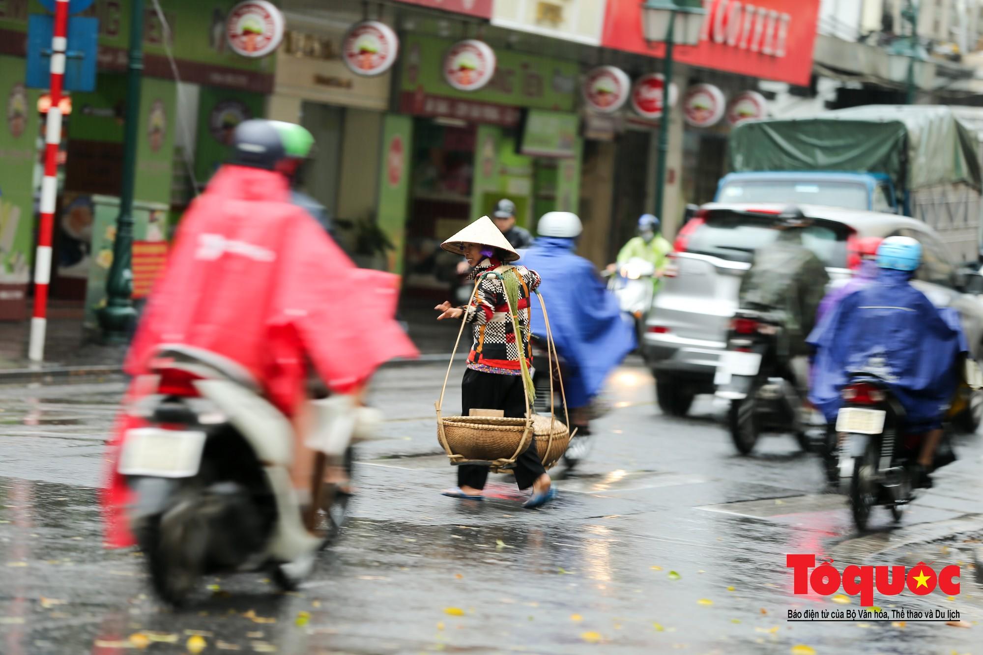 Cơn mưa lớn bất trợt khiến không khí ở thủ đô Hà Nội giảm bụi ô nhiễm nhanh chóng8