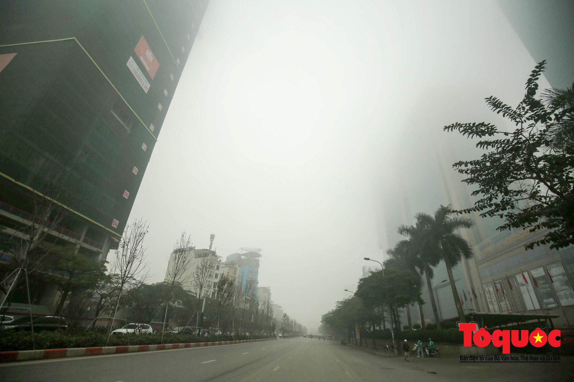 Cao ốc Hà Nội chơi ú tìm trong lớp sương mù dày đặc11
