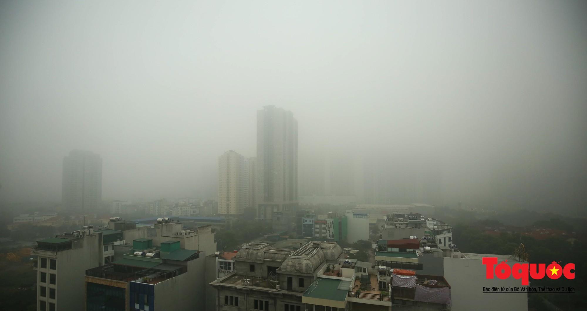 Cao ốc Hà Nội chơi ú tìm trong lớp sương mù dày đặc6