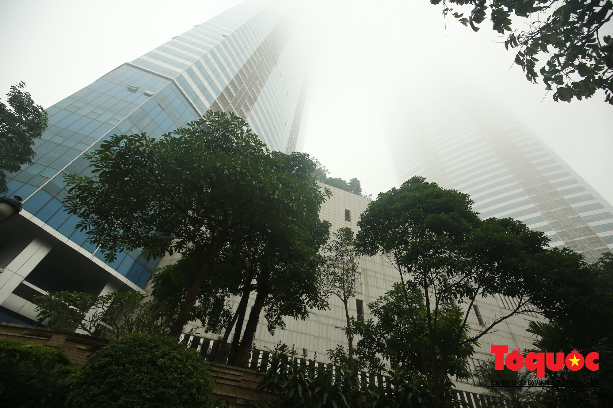 Cao ốc Hà Nội chơi ú tìm trong lớp sương mù dày đặc8