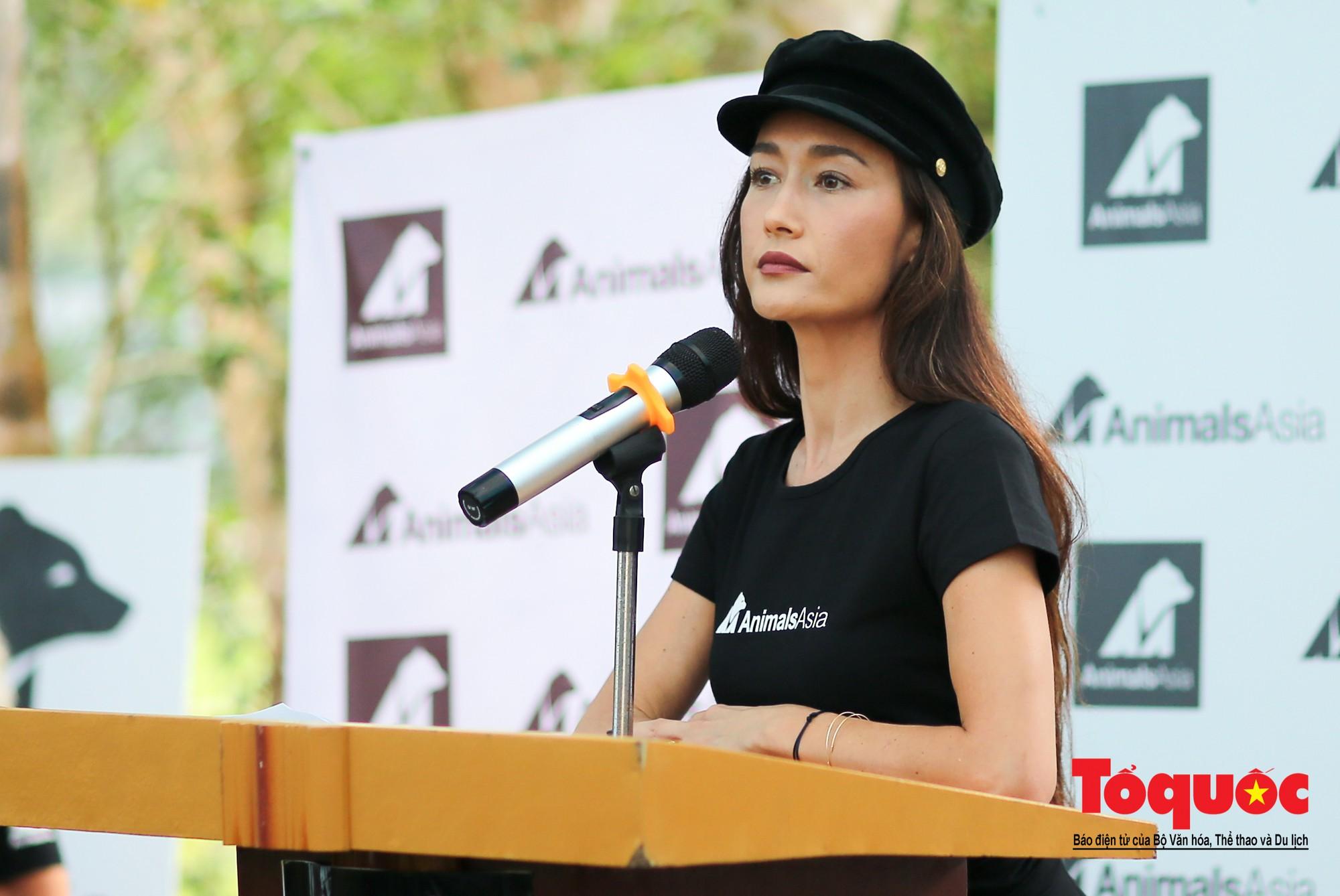 Ngôi sao Hollywood người Mỹ gốc Việt Maggie Q thăm Trung tâm Cứu hộ Gấu Việt Nam và đặt tên cho một chú gấu4
