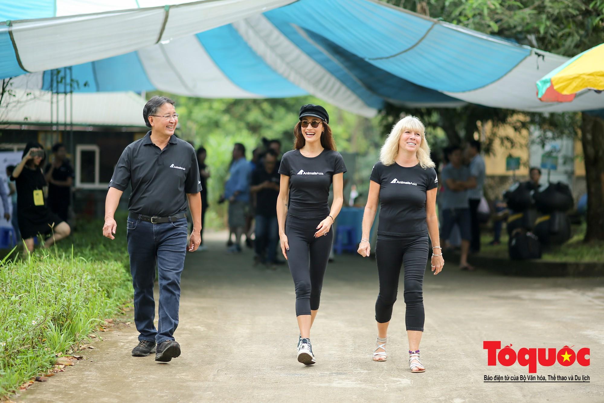 Ngôi sao Hollywood người Mỹ gốc Việt Maggie Q thăm Trung tâm Cứu hộ Gấu Việt Nam và đặt tên cho một chú gấu6