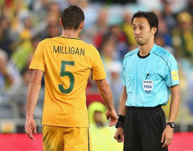 ĐT Việt Nam vs ĐT UAE: Trọng tài điều khiển trận đấu đã rút hơn 1.000 thẻ vàng - Ảnh 1.