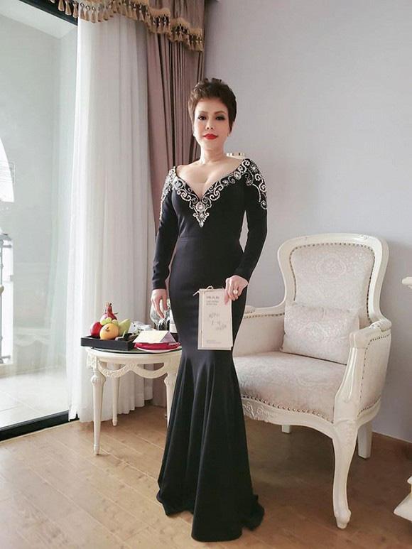 Hậu ồn ào trang phục lố tại đám cưới Đông Nhi - Ông Cao Thắng, Việt Hương bất ngờ diện set đồ gần 6 tỷ đồng - Ảnh 1.