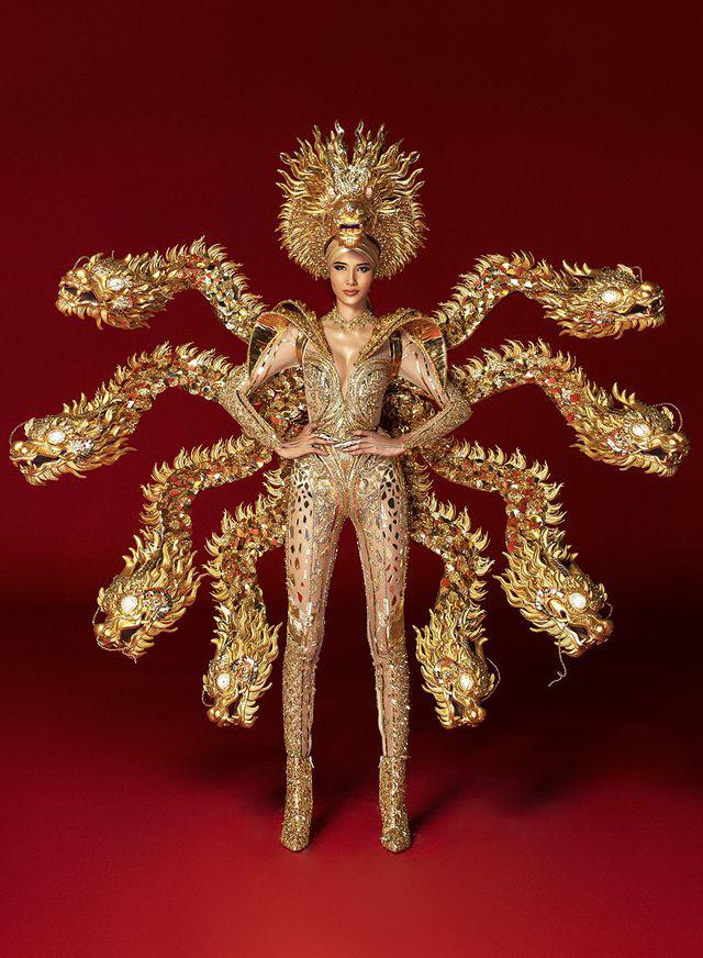 Hoàng Thùy khó khăn khi di chuyển trong trang phục nặng 30 cân - Ảnh 2.