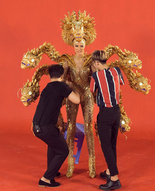 Hoàng Thùy khó khăn khi di chuyển trong trang phục nặng 30 cân - Ảnh 5.