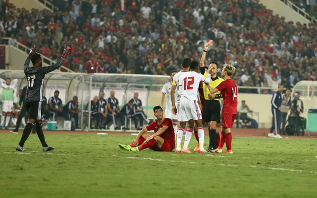 Phủ nhận ý kiến của HLV Marwijk, trọng tài UAE cho rằng thẻ đỏ là chính xác - Ảnh 1.