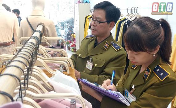 Tạm giữ hơn 400 quần áo thời trang gắn mác IFU có dấu hiệu vi phạm về nhãn hàng hóa - Ảnh 1.