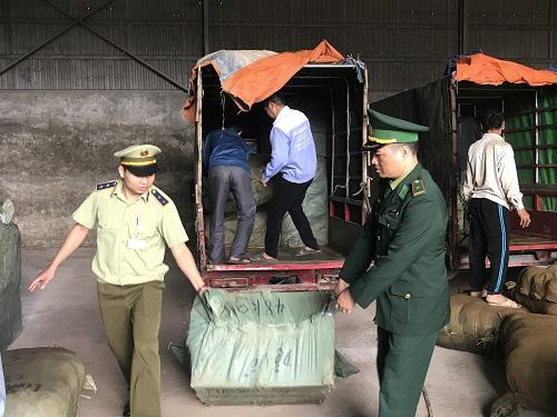 Bắt giữ nhiều xe ba bánh giả danh thương binh để vận chuyển hàng hóa nhập lậu - Ảnh 1.