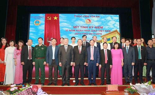 Phó Thủ tướng thăm và chúc mừng các thầy cô giáo nhân ngày Nhà giáo Việt Nam - Ảnh 1.