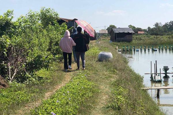 Ngày nhà giáo Việt Nam, học trò đi 45 km thăm mộ thầy chủ nhiệm vừa qua đời - Ảnh 1.
