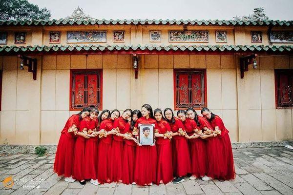 Ngày nhà giáo Việt Nam, học trò đi 45 km thăm mộ thầy chủ nhiệm vừa qua đời - Ảnh 4.