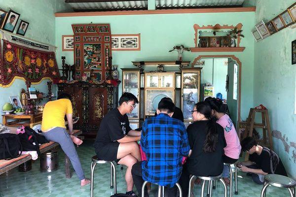 Ngày nhà giáo Việt Nam, học trò đi 45 km thăm mộ thầy chủ nhiệm vừa qua đời - Ảnh 6.