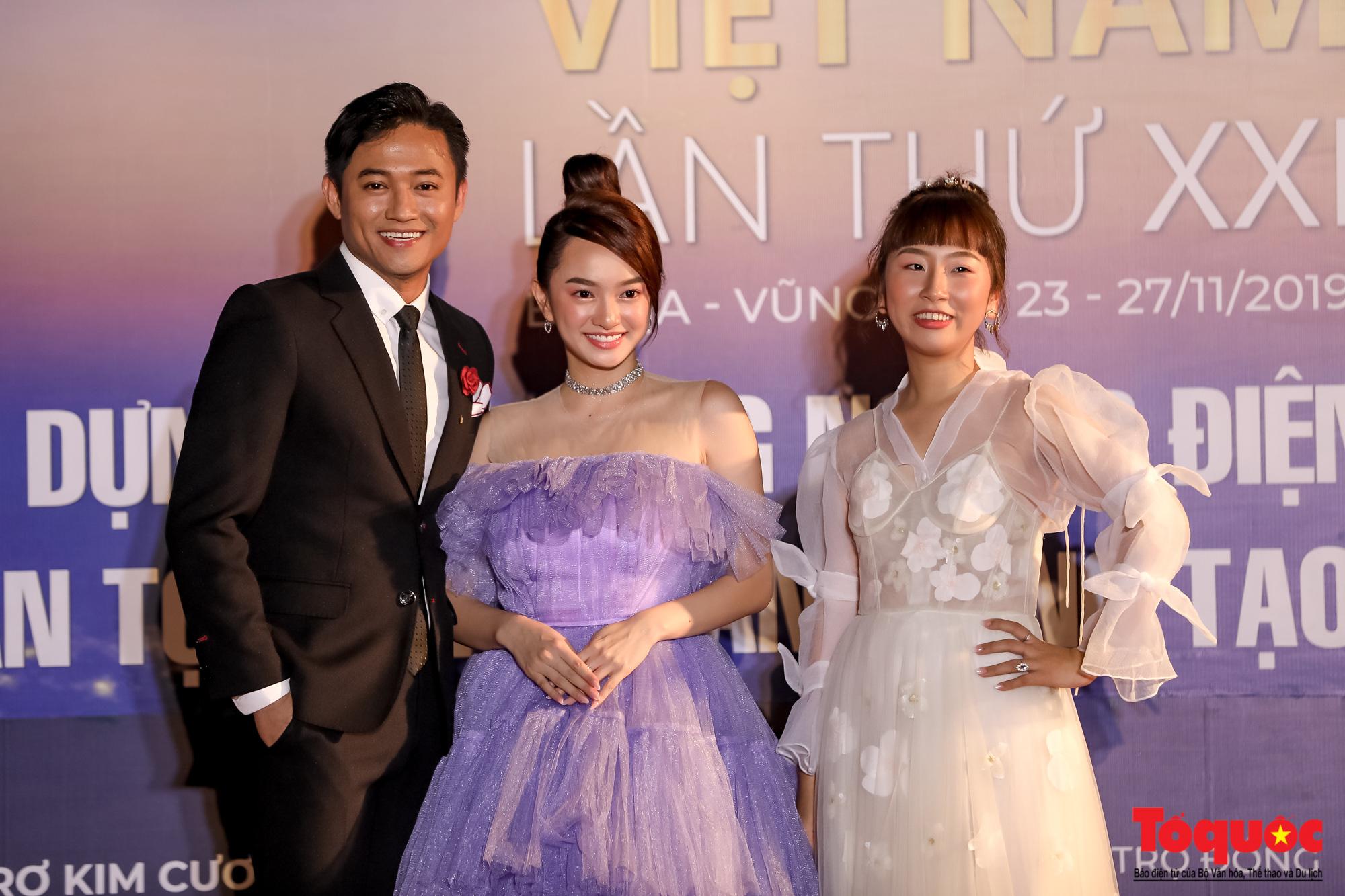 Nghê sỹ Việt lộng lẫy trên thảm đỏ LHP Việt Nam lần thứ XXI - Ảnh 3.