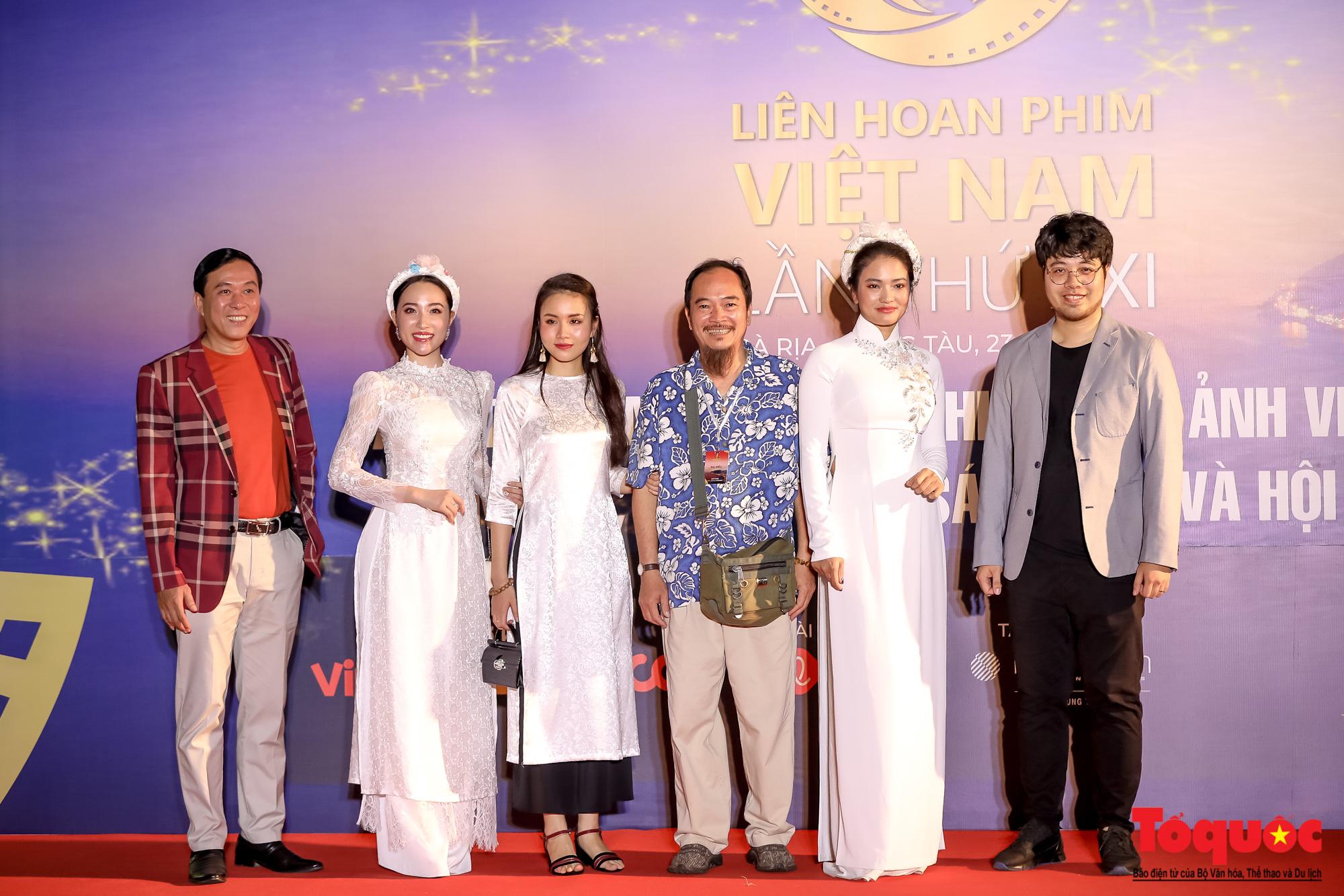 Nghê sỹ Việt lộng lẫy trên thảm đỏ LHP Việt Nam lần thứ XXI - Ảnh 4.