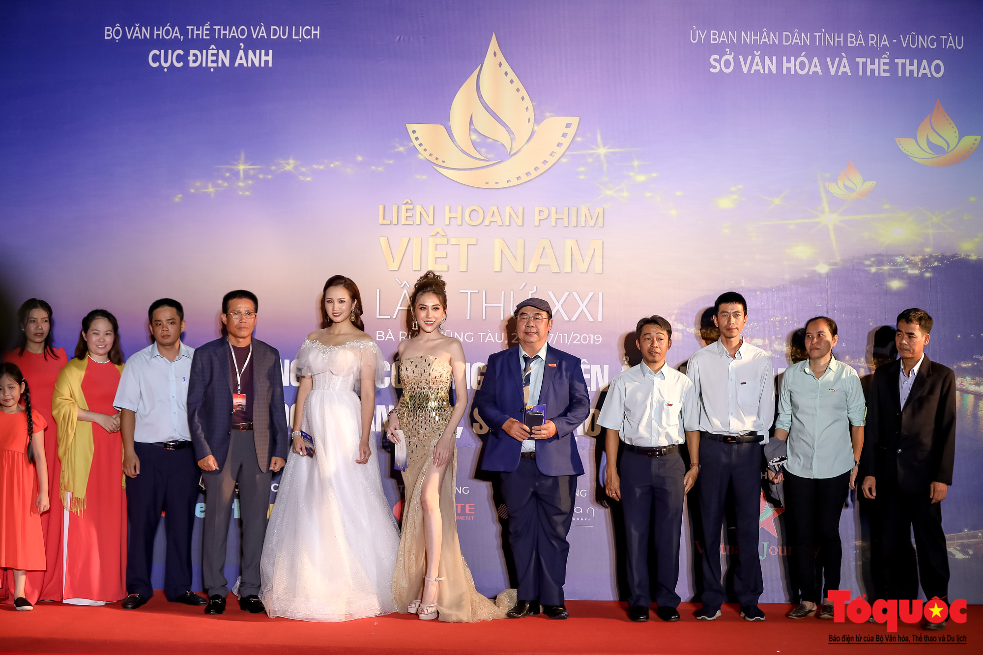 Nghê sỹ Việt lộng lẫy trên thảm đỏ LHP Việt Nam lần thứ XXI - Ảnh 5.