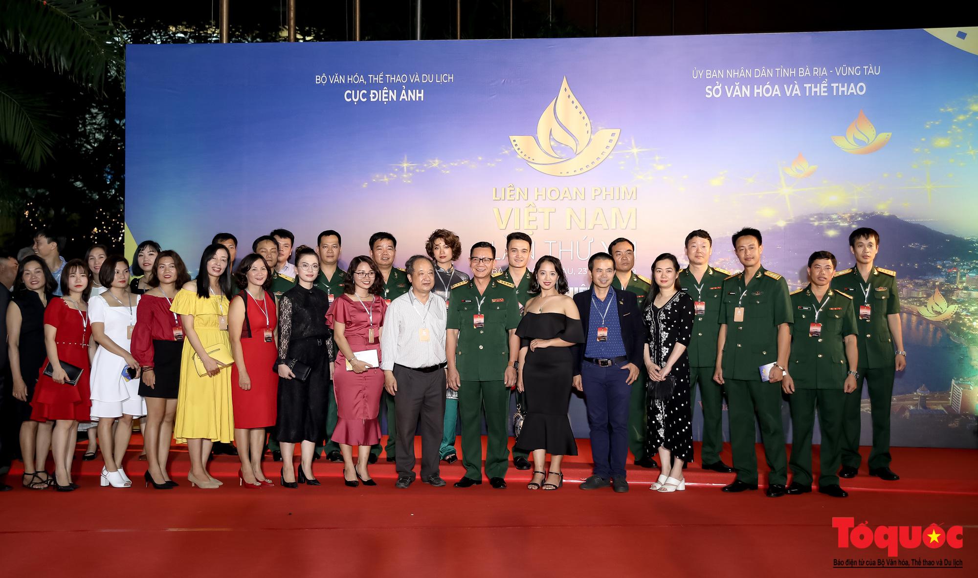 Nghê sỹ Việt lộng lẫy trên thảm đỏ LHP Việt Nam lần thứ XXI - Ảnh 6.