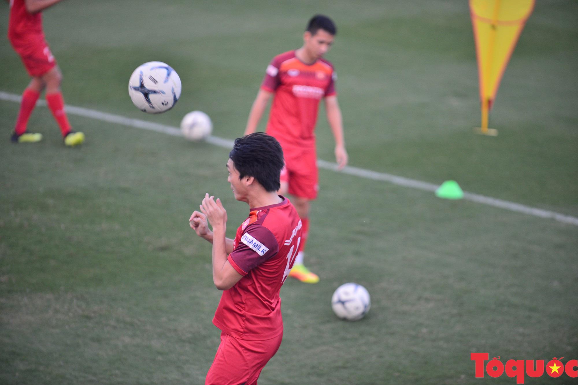 """HLV Park Hang-seo """"chấn chỉnh"""" Bùi Tiến Dũng, chăm sóc vết thương của Thành Chung - Ảnh 10."""