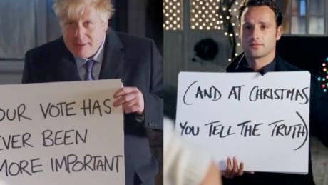 """Nỗ lực cuối trước bầu cử, Thủ tướng Anh hóa """"gã si tình"""" trong phim lãng mạn kinh điển - Ảnh 2."""