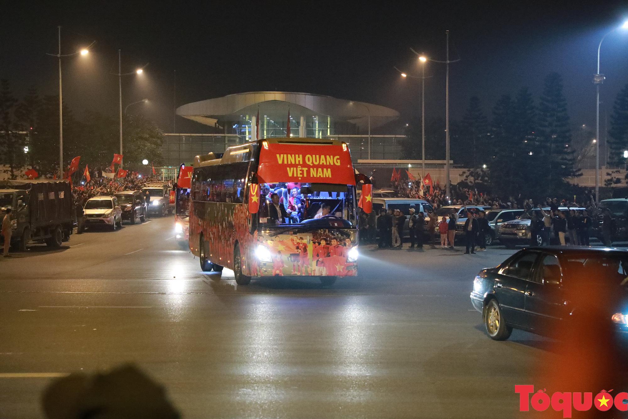 [Ảnh] ĐT U22 Việt Nam, ĐT nữ Việt Nam cập bến sân bay Nội Bài, mang cú đúp HCV về Tổ quốc - Ảnh 9.