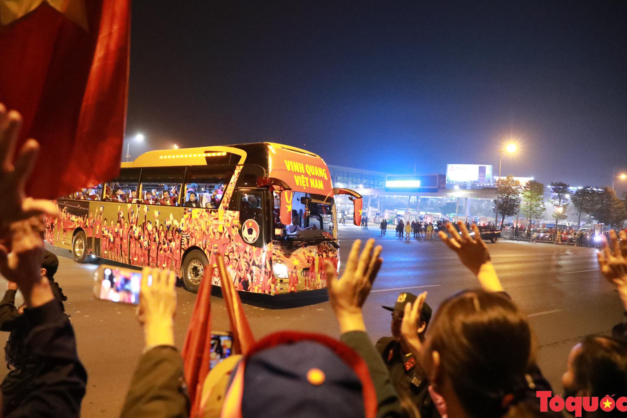 [Ảnh] ĐT U22 Việt Nam, ĐT nữ Việt Nam cập bến sân bay Nội Bài, mang cú đúp HCV về Tổ quốc - Ảnh 8.