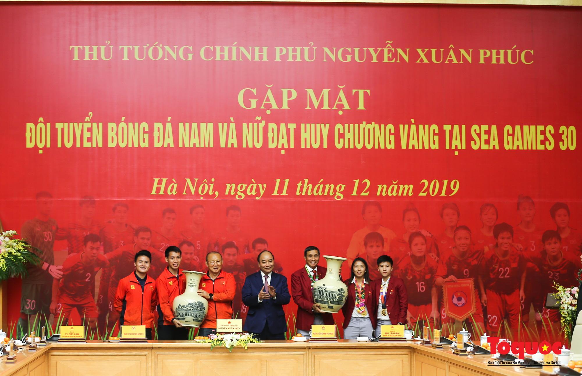 Thủ tướng Nguyễn Xuân Phúc gặp mặt thân mật các cầu thủ đội tuyển U22 Việt Nam và ĐT nữ Việt Nam - Ảnh 13.