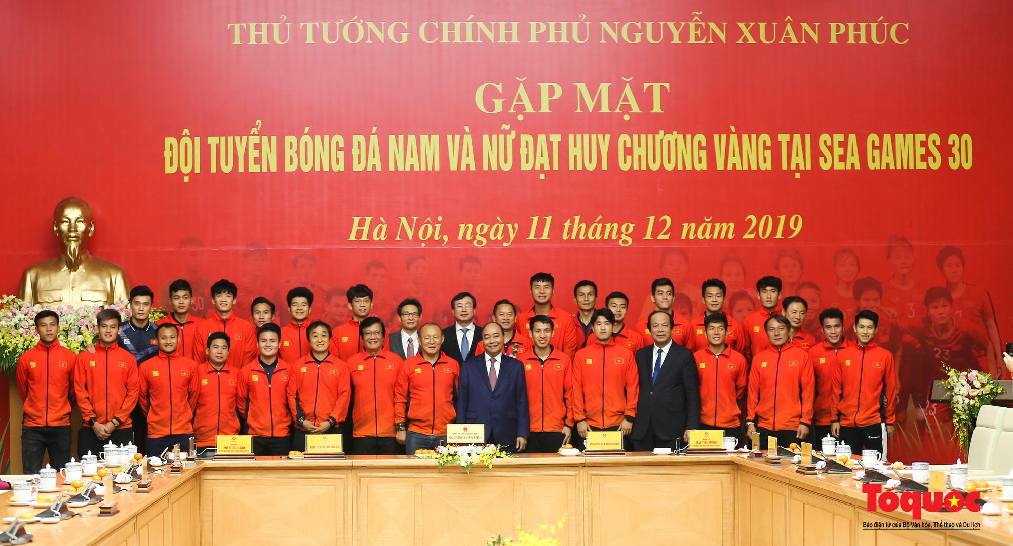 Thủ tướng Nguyễn Xuân Phúc gặp mặt thân mật các cầu thủ đội tuyển U22 Việt Nam và ĐT nữ Việt Nam - Ảnh 16.