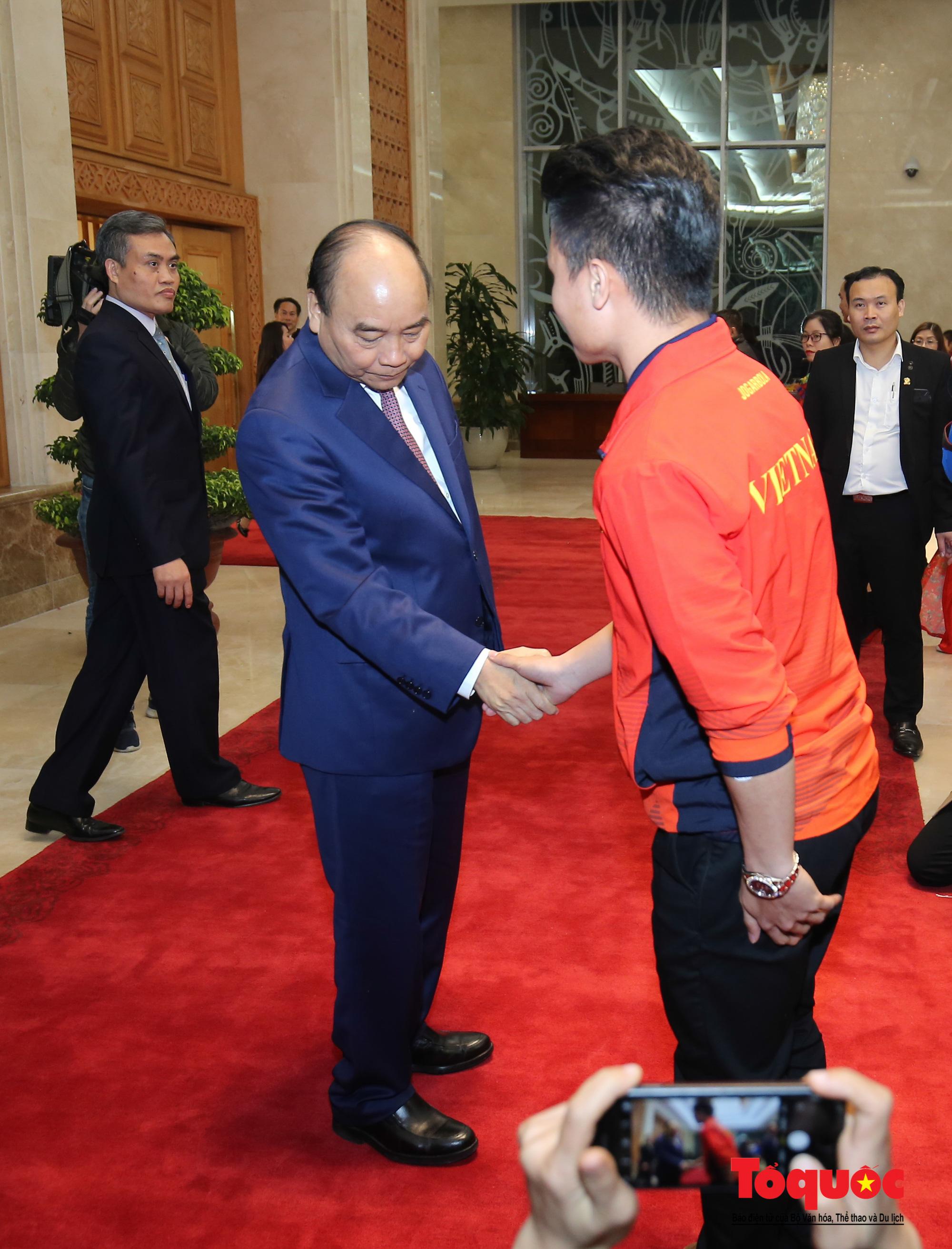 Thủ tướng Nguyễn Xuân Phúc gặp mặt thân mật các cầu thủ đội tuyển U22 Việt Nam và ĐT nữ Việt Nam - Ảnh 4.