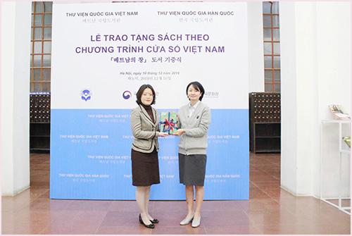 """Thư viện Quốc gia Việt Nam tiếp nhận gần 100 đầu sách từ chương trình """"Cửa sổ Việt Nam"""" - Ảnh 1."""