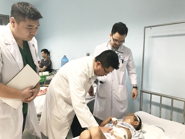 Rơi từ trên cây xuống, bé trai 6 tuổi phải phẫu thuật cắt gan - Ảnh 1.