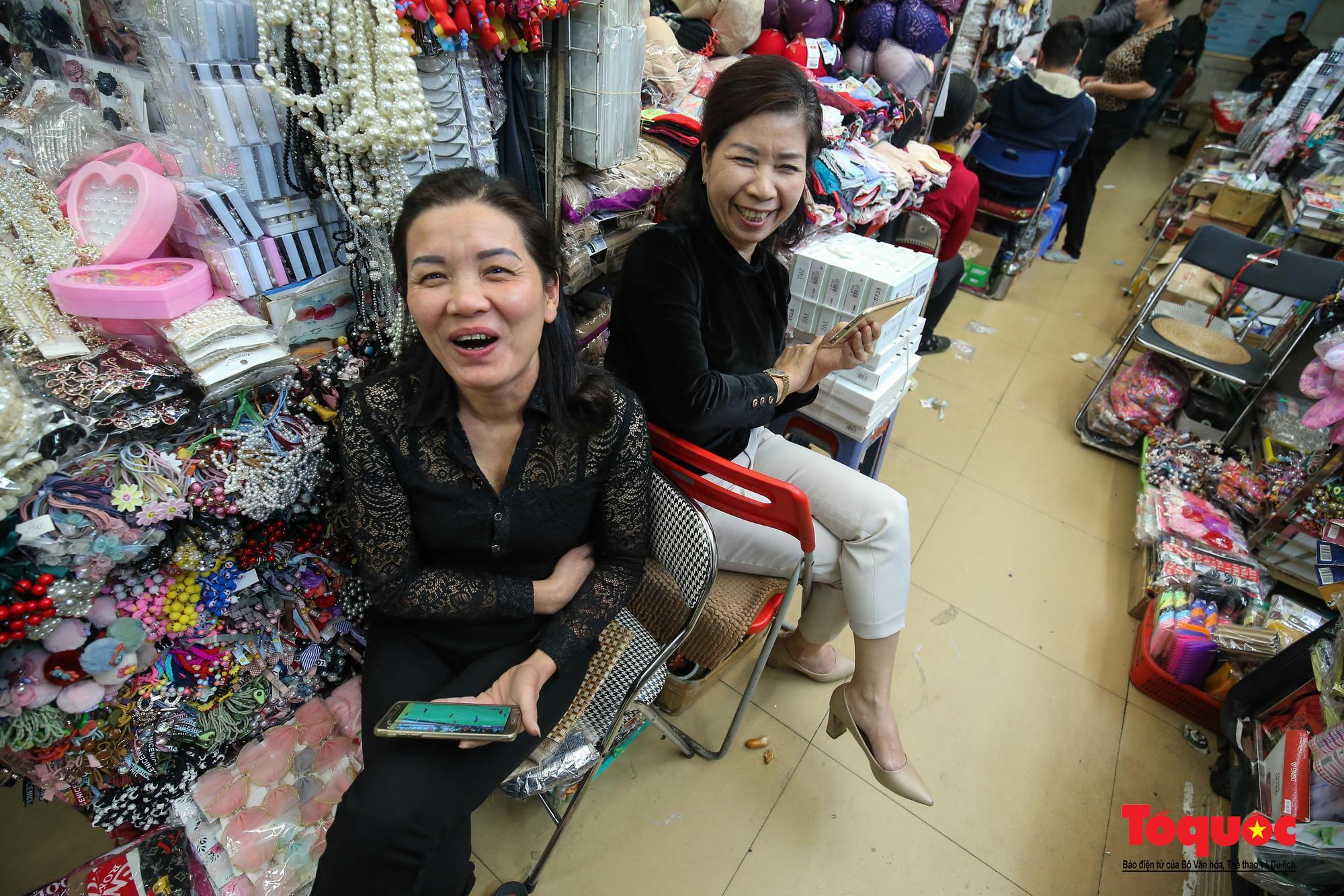 Hà Nội: Tình yêu bóng đá mãnh liệt của những tiểu thương khu chợ hơn trăm tuổi - Ảnh 7.
